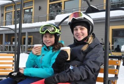 Photo de deux enfant profitant du bon temps en extérieur