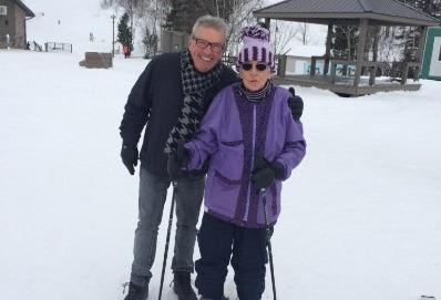 Photo de deux personnes âgés faisant du ski